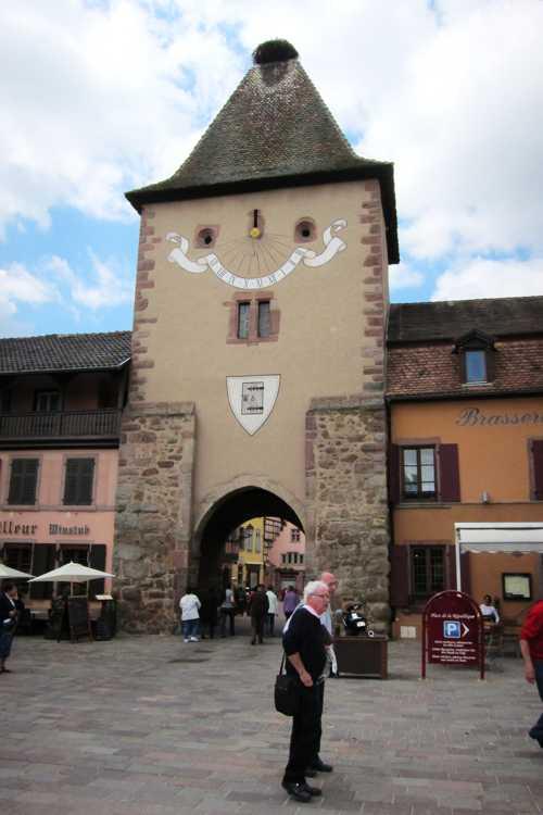 L'entrée par la porte de France, vestige de l'enceinte fortifiée, décorée du blason de Turckheim