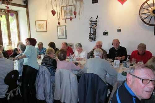 le repas est toujours un grand moment convivial pour les participants.