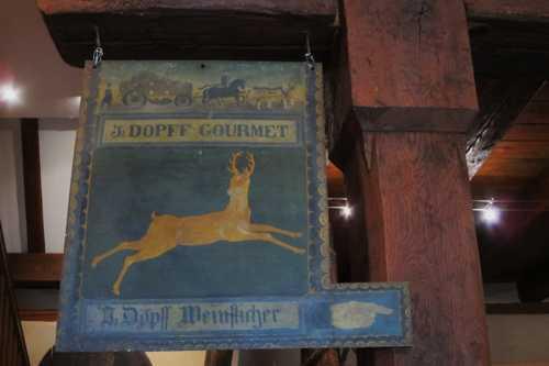 L'enseigne du gourmet Dopf. Le gourmet, sorte de dégustateur fixait le prix du vin après expertise.
