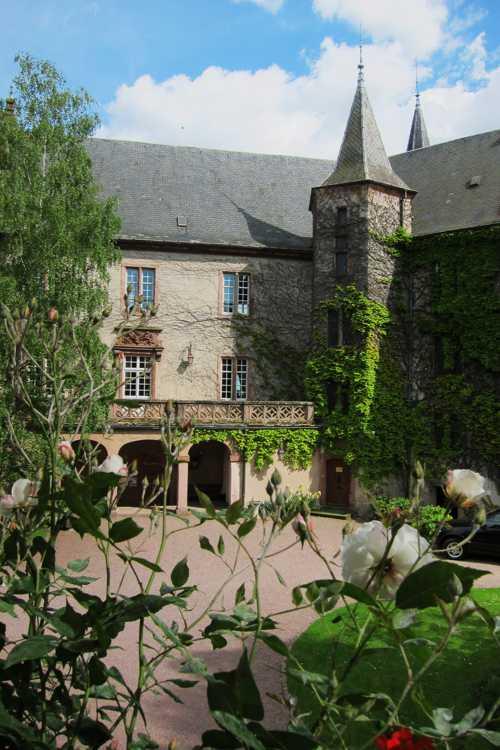 La cour intérieure du château, dont l'une des ailes est un hôtel.