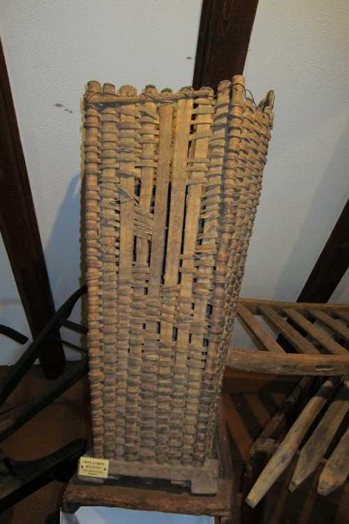 Une hotte à fumier utilisée pour apporter l'engrais dans les vignes.