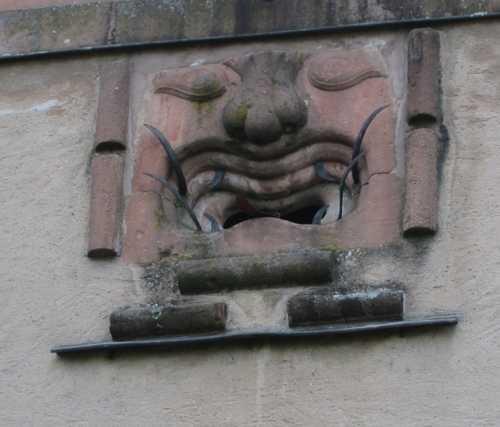 La canonnière dite du Lalli, sure la porte basse : cette figure grimaçante comporte même une langue articulée. Le lalli désigne le bavard à la langue fourchue.