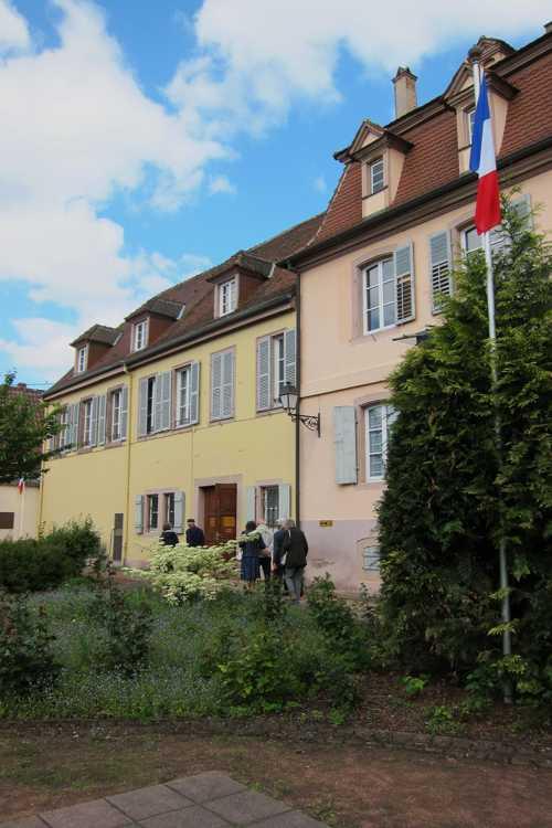 La bâtisse, achetée par la ville de Turckheim en 1846, a servi de presbytère jusqu'en 1972. Elle abrite aujourd'hui des associations locales, les archives municipales et le Musée des Combats de la poche de Colmar.