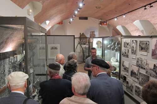 Le conservateur du Musée, Christian Burgert, multiplie les explications devant les vitrines.
