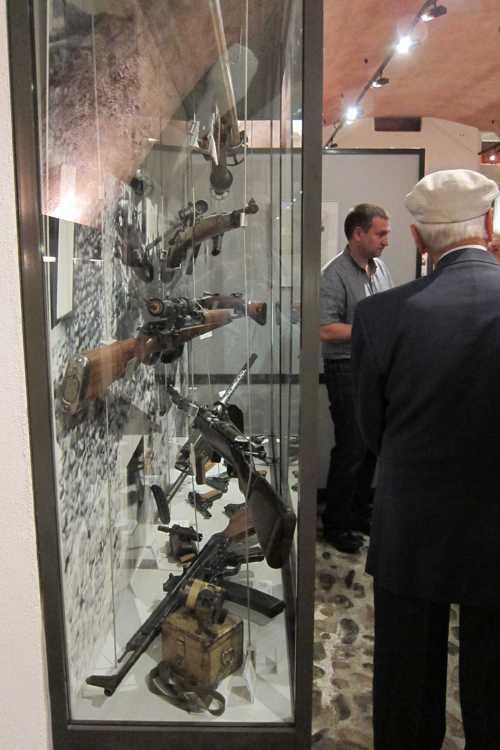 Une vitrine avec des armes utilisées dans la Wehrmacht.