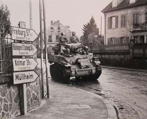 L'entrée à Mulhouse d'un char de reconnaissance M5A1 Stuart de la 1ère DB, le 21 novembre 1944.
