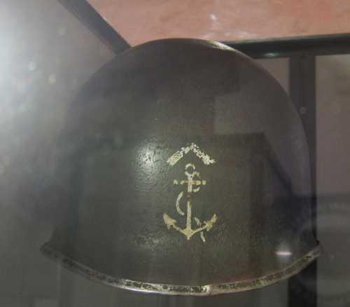 Un casque américain, avec l'emblème de la 9ème DIC (Division d'Infanterie Coloniale).