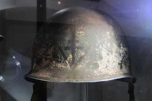 Un casque américain avec la Croix de la Lorraine et le V de la victoire, geste symbolique de Winston Churchill.