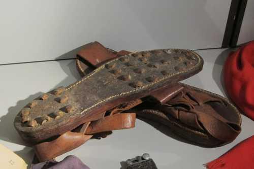 Les sandales aux semelles crantées portées par les goumiers marocains.