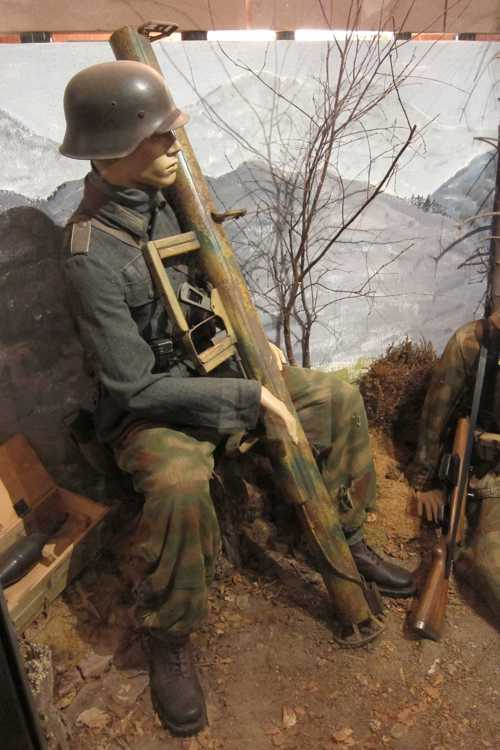 """Un soldat allemand avec un Panzerschreck, ( """"La terreur du char""""), un lance-roquette, manié par deux soldats, le tireur et le chargeur. Cet équivalent du bazzoka américian, a une portée de 220 m et utilise des roquettes de calibre 88 mm."""