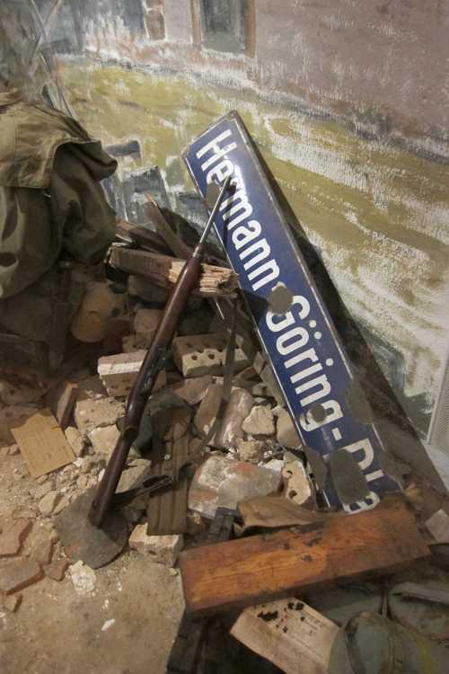 La plaque de la Hermann Goering Platz de Riquewihr, et un fusil semi automatique américain M1 d'une portée de 300 m.