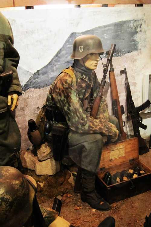 Un soldat d'une unité SS en tenue de camouflage.