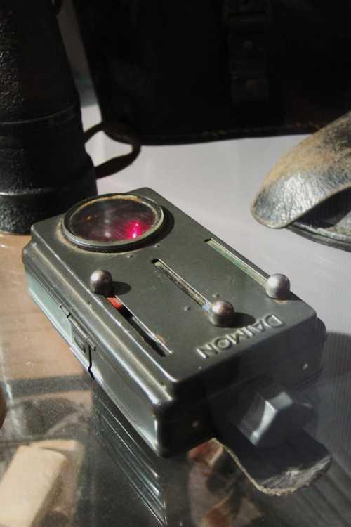 Une lampe de poche PERTRIX, en usage dans la Wehrmacht, avec ses verres de couleur rouge et verte.