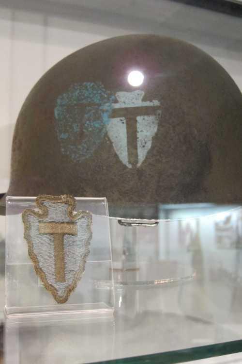 Un casque de GI de la 36ème DIUS, avec l'emblème de la division.