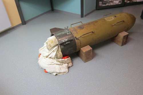 Un container largable allemand contenant du carburant avec un sysytème de minuterie pour l'ouverture automatqie du parachute.