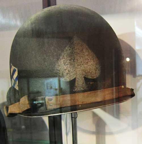 """Un casque d'un GI de la compagnie d'assaut """"As de Pique"""" du 7ème Régiment d'Infanterie de la 3ème DIUS."""