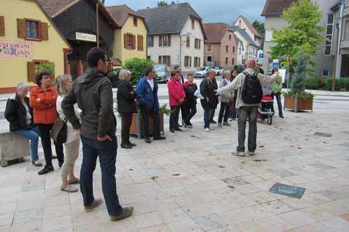 Sur la place de Lohne, Benoit donne les explications sur l'ancienne mairie, construction de 1544.
