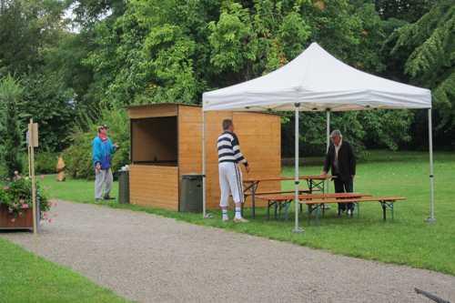 La mise en place de la buvette et la préparation du cabanon, apporté par les Services de la Ville de Rixheim.