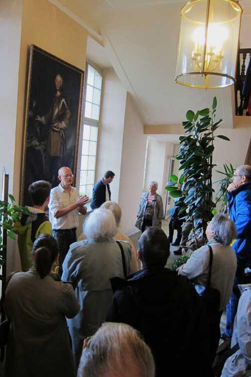 Benoît Meyer anime la visite guidée de la Commanderie et présente le Commandeur Philippe de Montjoie, à l'origine de la construction du bâtiment.