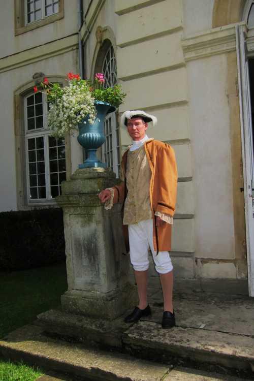 Avec cette tenue, prêtée par l'Association Fêtes et Costumes de Rixheim, notre guide a belle allure.