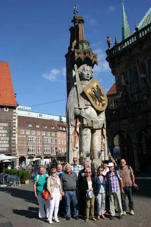 Devant la statue de Roland.