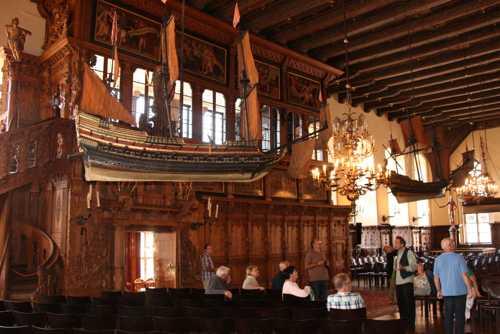 Dans la salle d'honneur du Rathaus, avec son décor renaissance et ses maquettes de bateaux, symboles de la puissance maritime de la ville de Brêm.