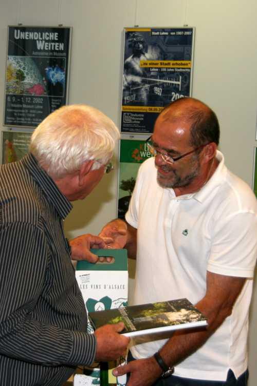 Christian Thoma distribue les cadeaux à hans Hogewegg, notre traducteur.