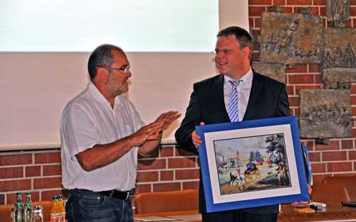 Christian Thoma, président de la SHR remet au maire un petit cadeau évoquant Rixheim.