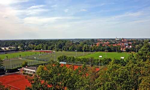 La vue sur les installations sportives et la ville de Lohne avec l'église Ste Gertrude et ses trois clochers.