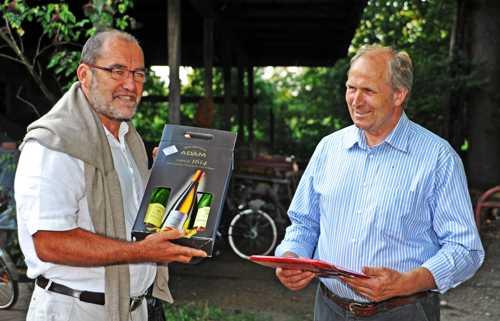 Des cadeaux de remerciement à Jürgen Göttke-Krogmann.