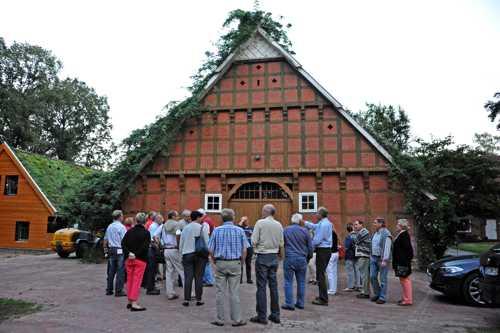 La présentation de la ferme : le bâtiment du XIX et à gauche une extension moderne avec un toit végétalisé.