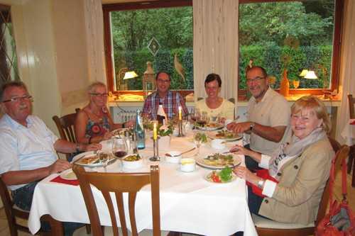 Les pensionnaires de l'hôtel,autour du premier dîner.