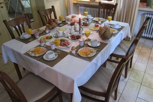 La table du petit déjeuner, on est loin du café croissant.