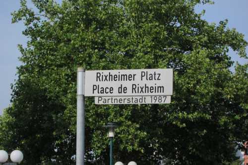 Pour rejoindre l'église Ste Gertrude, il faut traverser la place de Rixheim.