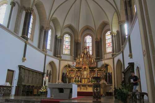 Vue sur le choeur, réaménagé en 1969 pour tenir compte de la rénovation de la liturgie enclenchée par le Concile Vatican II.