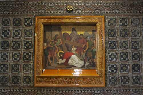 Une des particularités de la décoration intérieure: les tableaux du chemin de croix s'insèrent dans une mosaïque de cailloux ramassés par les écoliers de Lohne et assemblés par des paroissiennes.