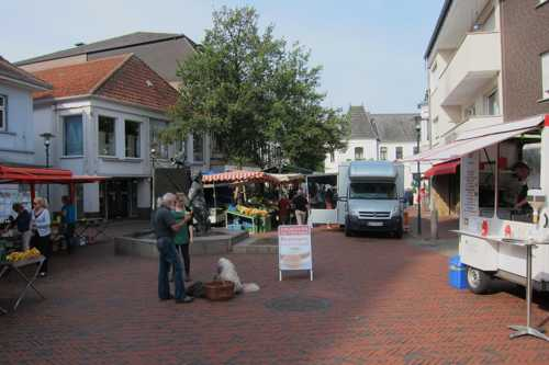 La place du marché avec la fontaine de l'Egolohne, surmonté de l'oie, à l'origine de la première industrie.