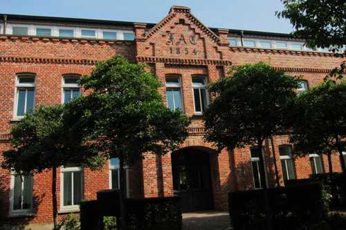 L'usine de cigares, bâtie en 1866 par l'entrepreneur Friederich August Claudius. En 1904 c'était la plus grosse usine de cigares du grand duché d'Oldenbourg et employait 131 ouvriers. La fabrication cessa en 1954 et les bâtimenst furent réhabilités en 1998 en logements pour personnes âgées.