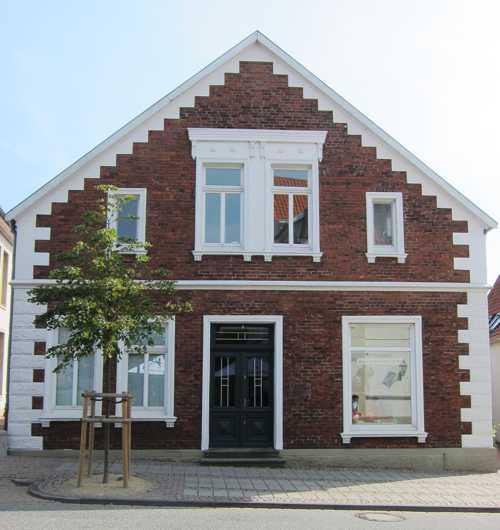 La maison Blocklage, en face de l'ancien Rathaus : fondée en 1841 par le serrurier Rudolf Christoph Blocklage, cette firme de constructions mécaniques mit au point en 1936 une machine à façonner automatiquement les bouchons de liège. L'entreprise ferma en 1970.