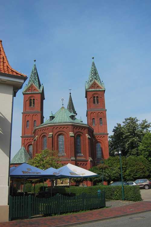 Les travaux d'extension de l'église, entre 1890 et 1892, sous la conduite de Hilger Hertel aboutirent à une élévation de la nef et à une extension du choeur avec l'édification de deux tours, d'où les trois clochers de l'église Ste Gertrude.
