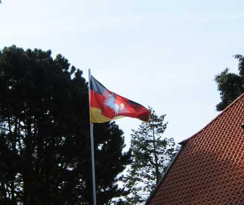 Le drapeau du Land de Basse-Saxe avec son cheval.