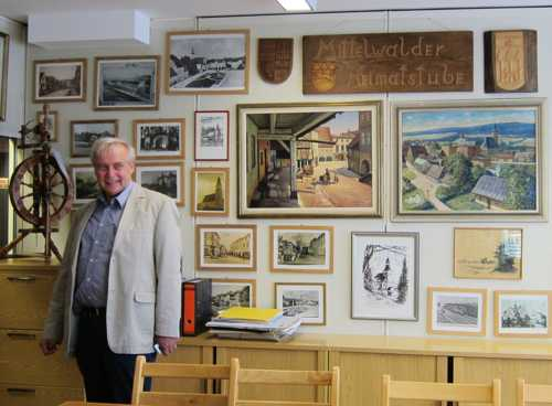 Benno Dräger, président du Heimatsverein présentant la salle dédiée au jumelage avec la ville polonaise de