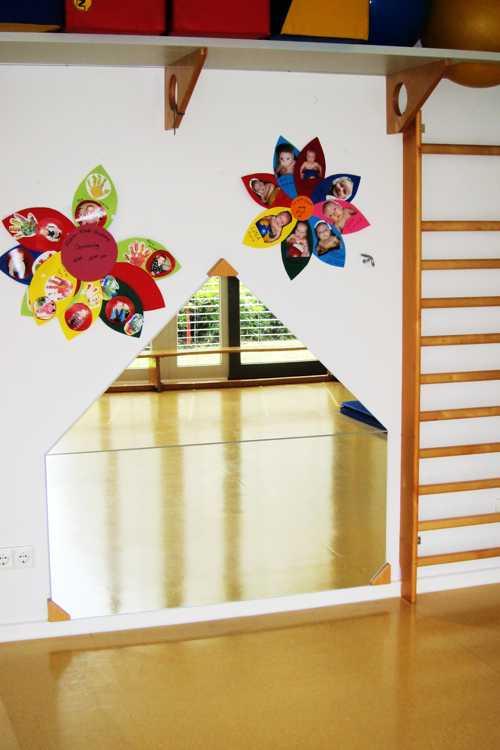 Dans la salle d'activité des petits, des miroirs adaptés à leu taille.
