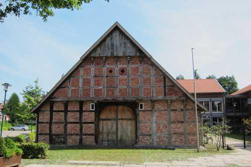 Le bâtiment de l'ancienne ferme, réhabilité et et intégré dans le complexe.