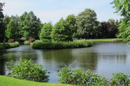 Le Stadtpark s'étend autour d'un plan d'eau.