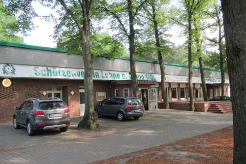 A l'entrée des installations sportives le Schutzenhaus qui accueille chaque année le Schutzenfest.