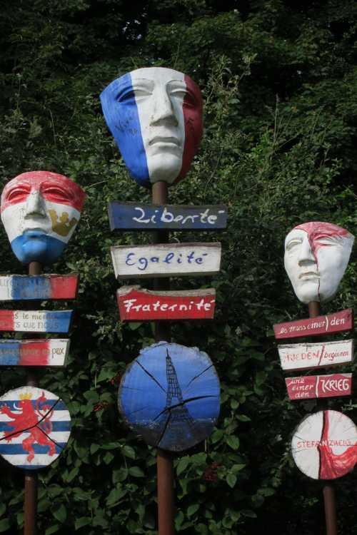 Tous les membres de l'UE exposent un masque à l'effigie du pays, sur le sentier menant à la tour d'observation..