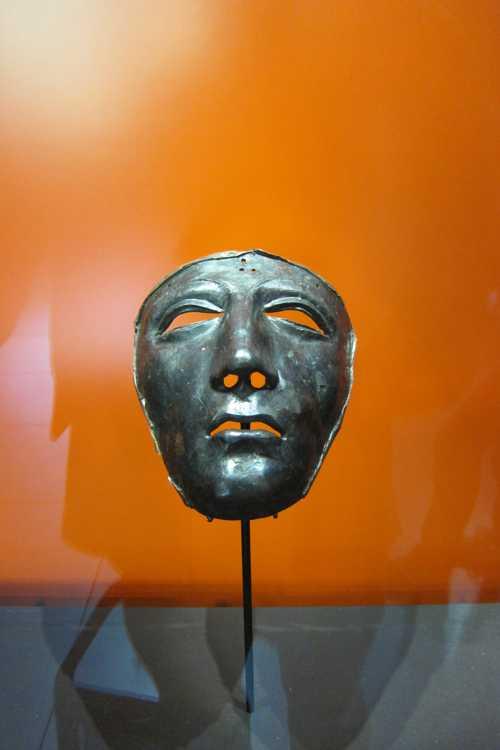 Le  masque, porté par des cavaliers romains,  après sa restauration