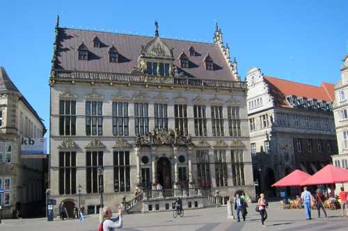 En face du Rathaus, le Schütting, bâtisse du XVI siècle qui accueillait la corporation des marchands de cette ville membre de la Hanse.