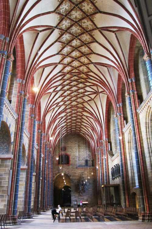 Une vue d'un collatéral de la cathédrale.